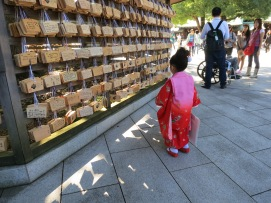 Tyttö lueskelee rukouskylttejä.
